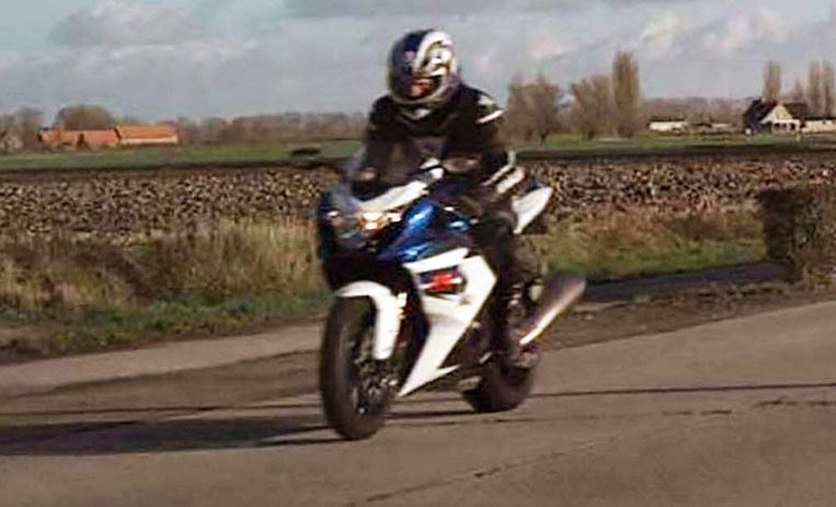 De politiezone Spoorkin verspreidde deze foto van de bewuste motorrijder.