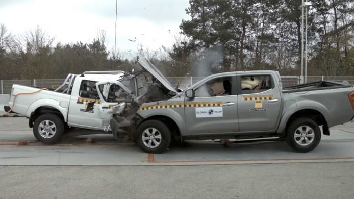 Twee Nissans, een veilige voor Europa en een onveilige voor Afrika.