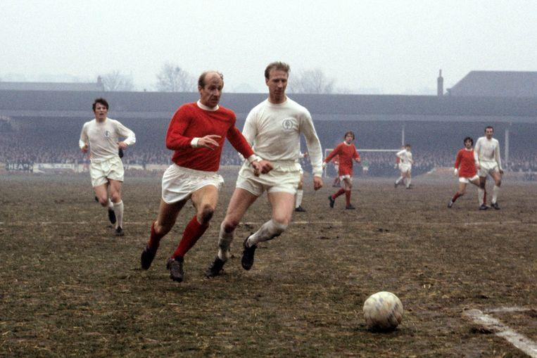 Jack Charlton (rechts), in duel met zijn broertje Bobby Charlton van Manchester United.