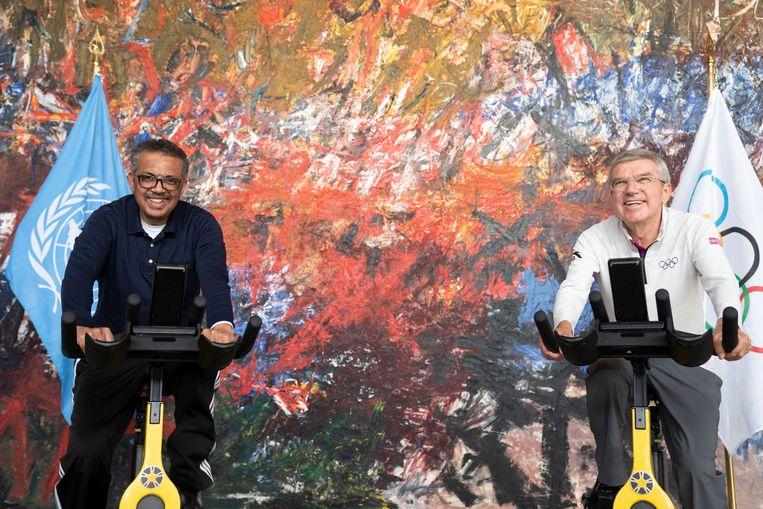Tedros Adhanom Ghebreyesus, baas van het World Health Organization (WHO), met Thomas Bach vorige week in Zwitserland.