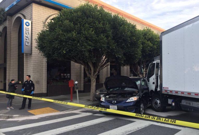 De vrachtwagen reed eerst twee voetgangers aan en ramde daarna een auto met vijf inzittenden.