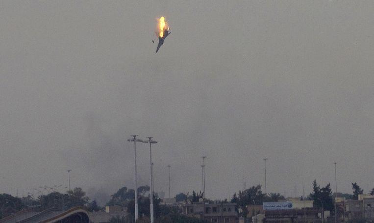 Een straaljager, vermoedelijk van overheidstroepen, wordt neergehaald boven Benghazi. Beeld ap