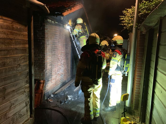 De brandweer wist te voorkomen dat de schuur in Deventer ook afbrandde.