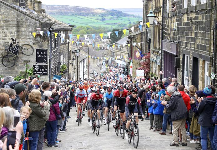 Chris Lawless aan kop in Haworth tijdens de vierde etappe in de Tour de Yorkshire.