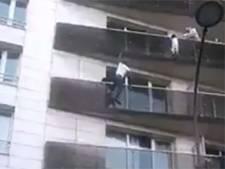 Franse migrant redt kind dat op vijfhoog aan balkon bungelt