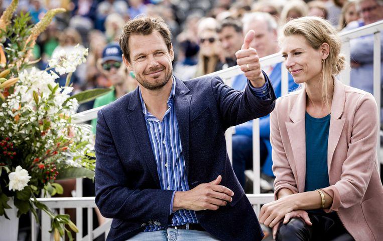 Reinder Nummerdor met zijn partner Manon Flier tijdens zijn officiële afscheid van de wedstrijdsport. Beeld ANP