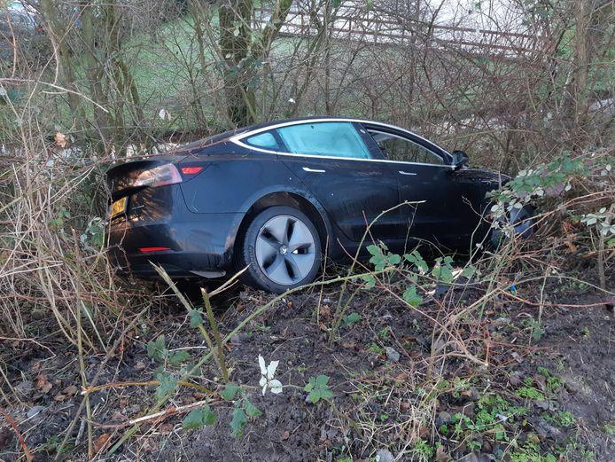 De peperdure Tesla belandde in Alphen naast de weg.