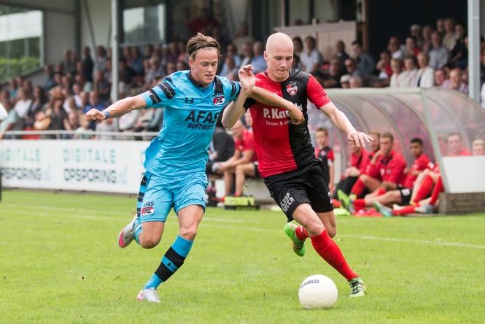 De Treffers-speler Nick de Bondt in duel met Jong AZ-speler Robin Schouten.