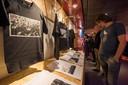 Bezoekers bekijken in Lab-1 de expositie 'Bus stop Missisippi': een documentaire-project van de Eindhovense filmer/forograaf Dré Dideriëns.
