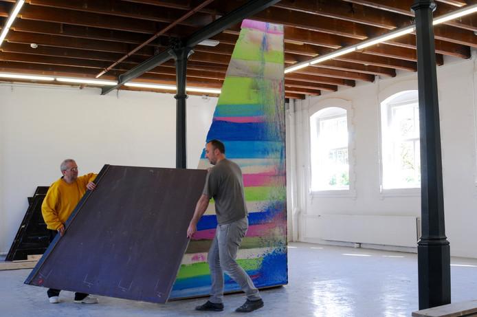 Stijn Ank (midden) met zijn assistent Jem Marginet (links) leggen de laatste hand aan hun unieke kunstwerk