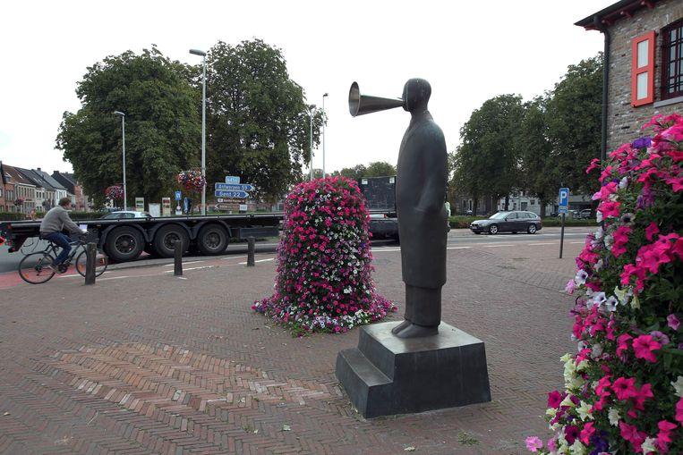 'Man met toeter', een opvallend standbeeld in Kaprijke van de Antwerpse kunstenaar Philip Aguirre y Oteguiin.