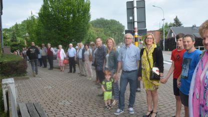 Menselijke kring rond kerk om kankerpatiënten te steunen