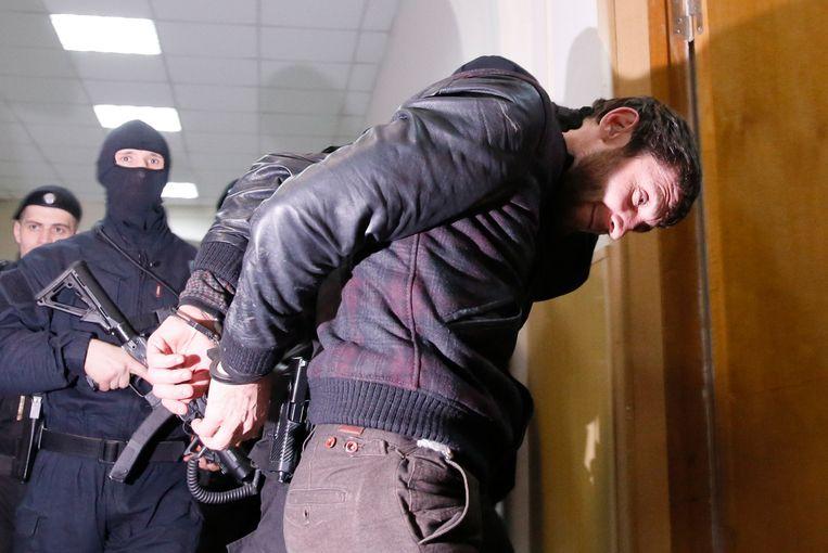 Dadajev wordt in maart van dit jaar naar het gerechtshof in Moskou begeleid. Beeld reuters