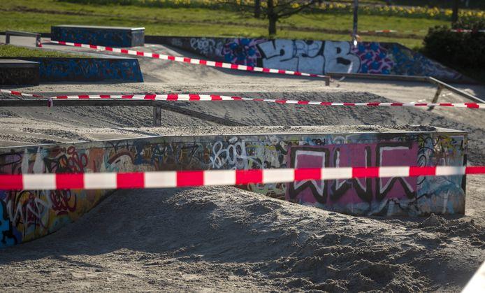 De gesloten skatebaan in de Leesten-Oost is voorzien van een laag zand, zodat er ook echt niet meer geskatet kan worden