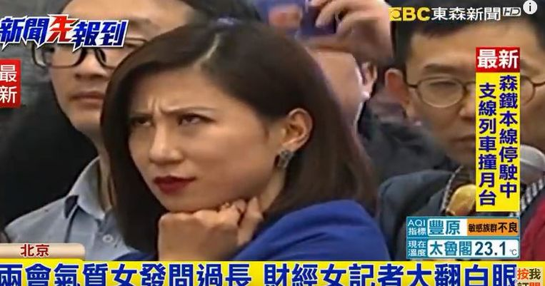 De journaliste keek bedenkelijk bij de weinig kritische vraag van haar collega.