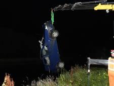 Auto belandt in het water langs Oostkanaalweg in Ter Aar