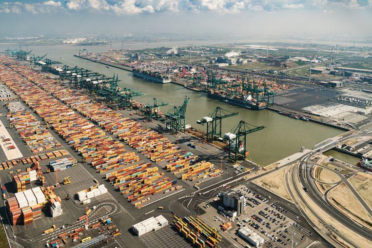 Met een nieuw record voor containertrafiek botst de haven op haar grenzen.