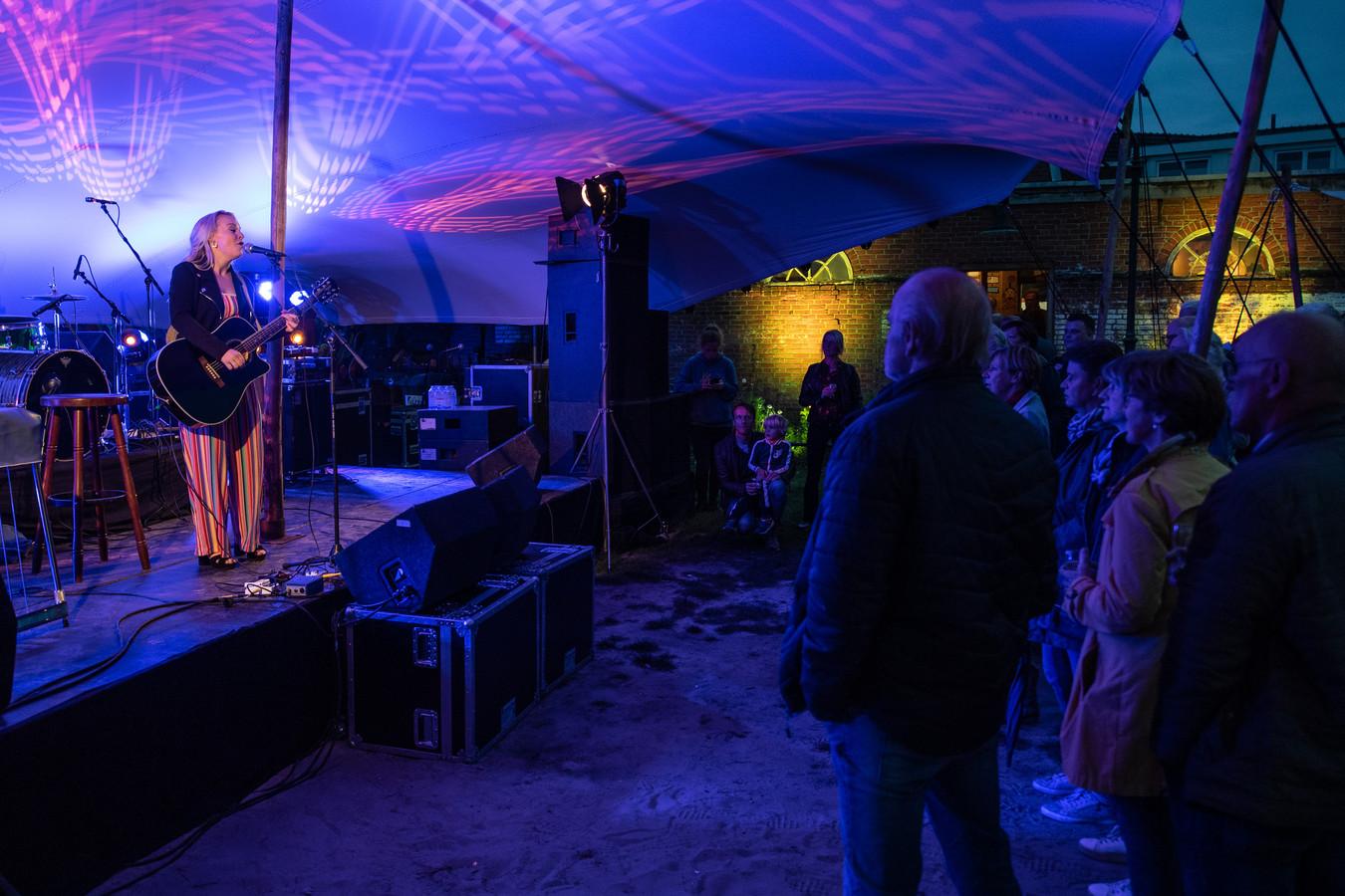Oldenzaal Muzikaal 2019  in de Bombazijntuin, optreden van Renee Scheepers.