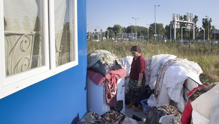 Moeder Dimitrov bij de asowoning, september vorig jaar. Jeugdzorg heeft de minderjarige kinderen inmiddels uit huis gehaald. Beeld Elmer van der Marel/HH