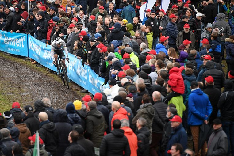 Ondanks het slechte weer stond het publiek rijen dik langs het parcours. De talrijke veldritfans zagen Mathieu van der Poel winnen.