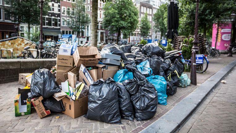 Afval bij de Nieuwmarkt. Beeld Eva Plevier