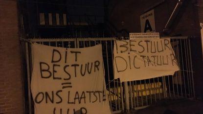 Supporters Eendracht Aalst hangen spandoeken aan stadion: 'Dit bestuur is ons laatste uur'