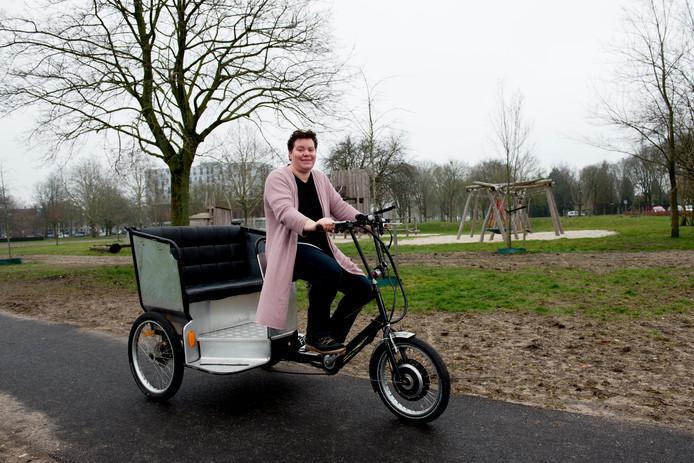 Ida Beekman probeert de fietstaxi uit. Vanaf 1 april mag iedereen hem lenen.
