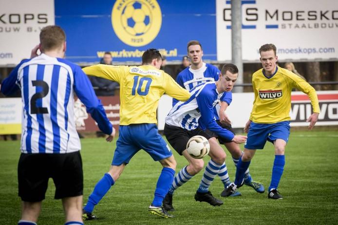 Colin Bergmans (10) van Bergeijk in duel met Rob van den Boom van Bladella.