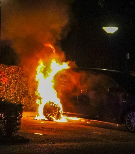 Weer auto in brand in De Maten in Apeldoorn