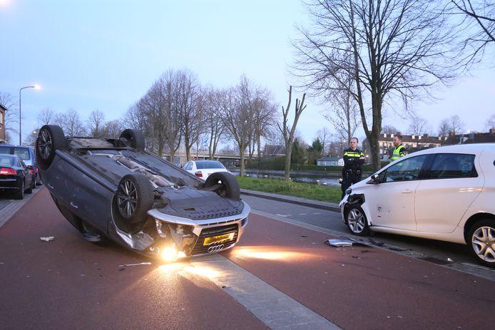 Een automobiliste belandde op de kop aan de Maastrichtseweg in Den Bosch.