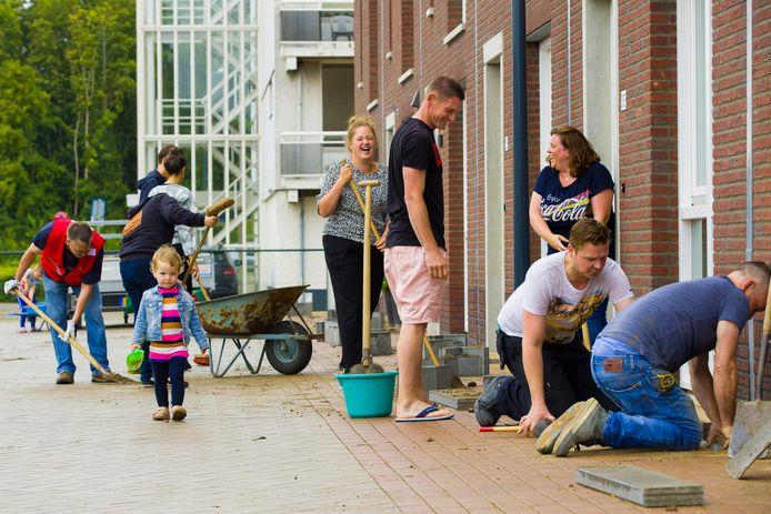 De beworners van de Taxandriaweg in Waalwijk maken ruimte voor de geveltuintjes.