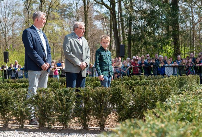 Familieleden van Mannes van Essen; zijn zoon Herman, broer Herman en  neefje Floyd  (vlnr) lopen een rondje op het terrein van de gedenkplek.