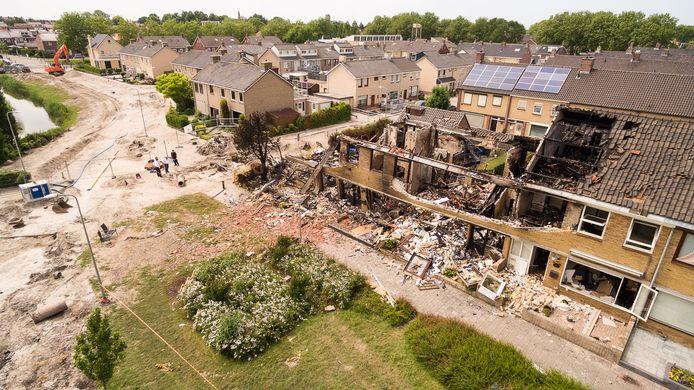De ravage aan het huizenblok aan de Grote Fok op Urk, daags na de explosie in juni 2016.