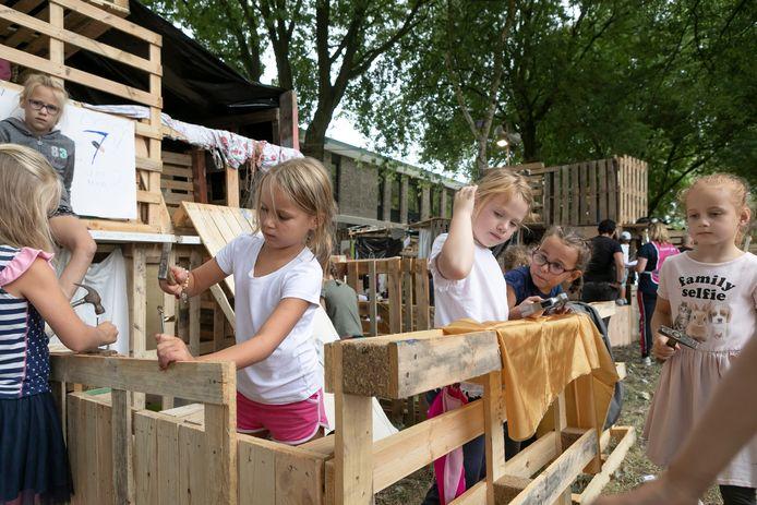 Meiden uit groep drie zijn druk aan het timmeren en decoreren tijdens de kindervakantieweek in Rosmalen.