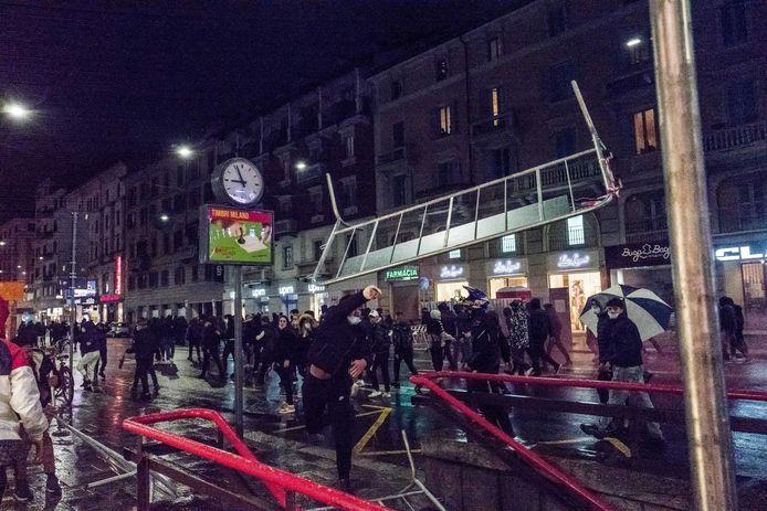 De sluiting van restaurants en bars vanaf 18.00 uur en van alle theaters, cinema's en sportzalen gedurende een maand heeft voor boze reacties gezorgd in Italië, dat in de lente al eens twee maanden in lockdown ging en zwaar getroffen werd door de coronacrisis. In Milaan kwam het afgelopen nacht tot ongeregeldheden.