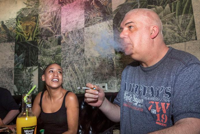 Mario en Rachel genieten van een jointje bij café Cremers. In de donkere blowkelder denken ze het hunne van het verbod.