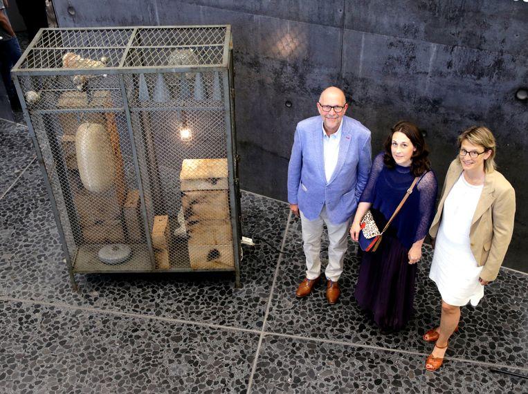 Gedupeerde Luk Lemmens, kunstenares Sofie Muller en Bieke Detavernier van het Vertrouwenscentrum Kindermishandeling bij het kunstwerk