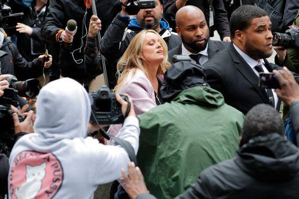 Bij haar aankomst struikelde de actrice. Ze viel bijna op de stoep onder het oog van een menigte verslaggevers en cameraploegen.