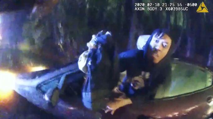 Politie redt bestuurders uit ondergelopen auto