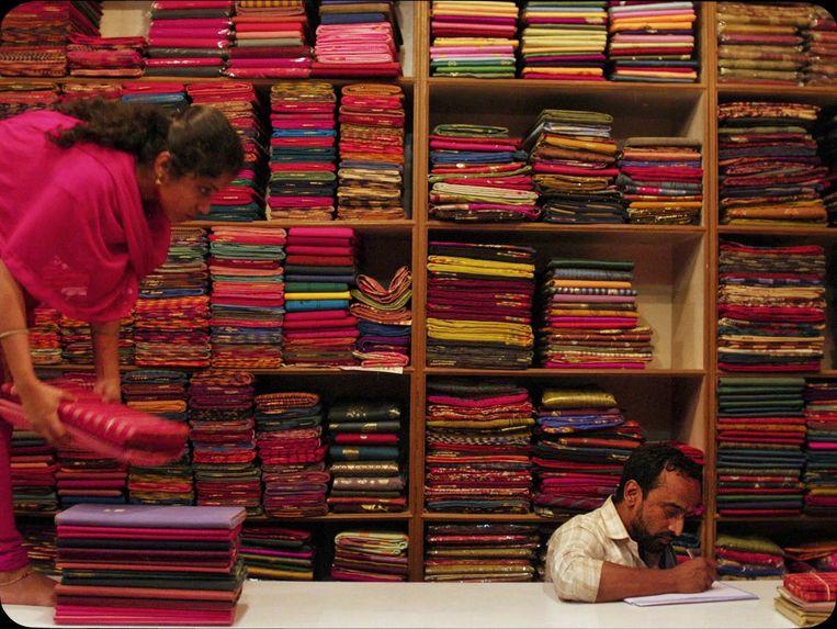 Nasir aan het werk in zijn winkel. Beeld Nasir