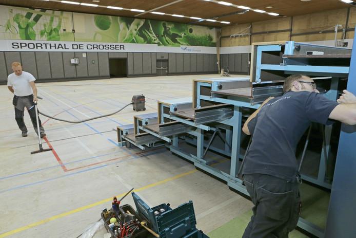 Er wordt hard gewerkt aan de renovatie van sporthal De Crosser in Werkendam.