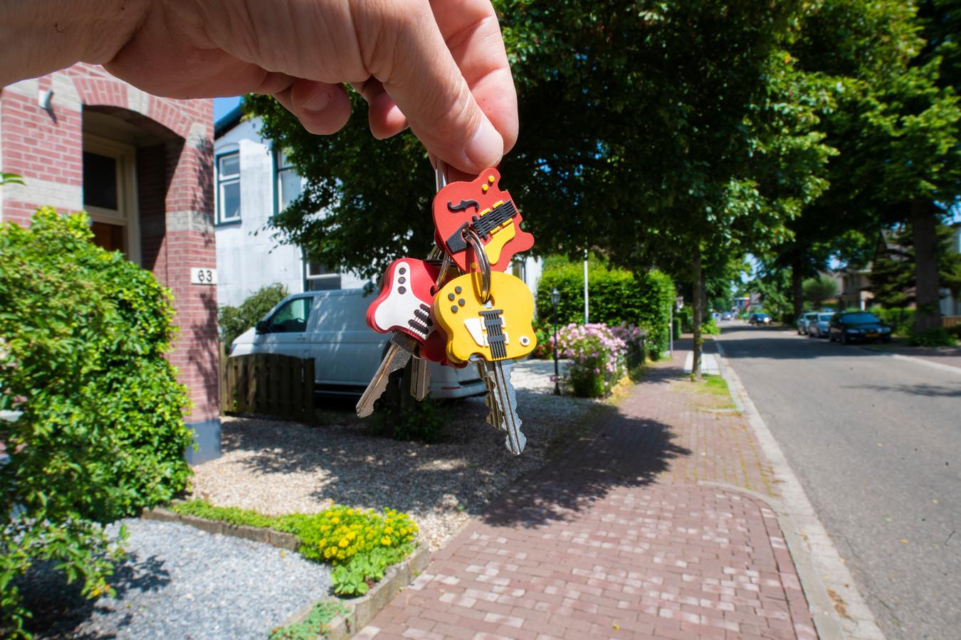 De eigenaar van deze sleutelbos, een 16-jarige scholier uit Apeldoorn, heeft zich gemeld. Op weg naar school verloor hij de sleutelbos aan de Koningsstraat.