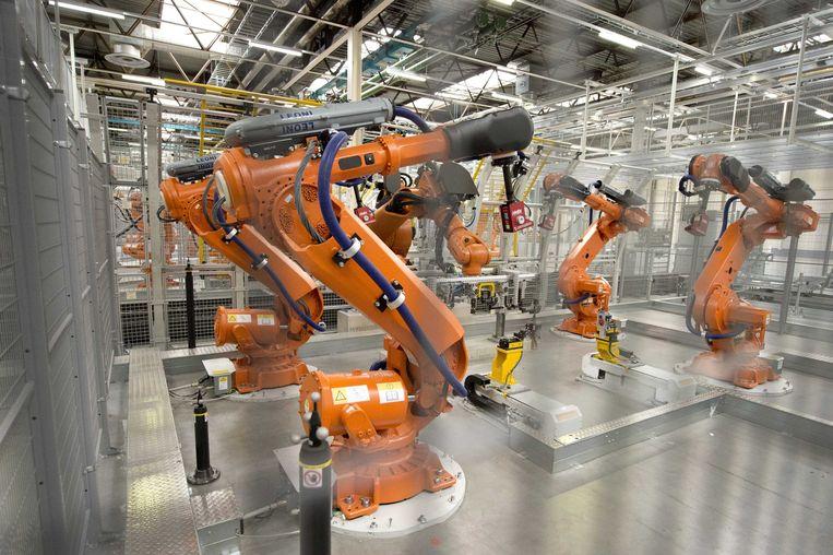 Productierobots in de fabriek van VDL Nedcar in Born. Beeld ANP