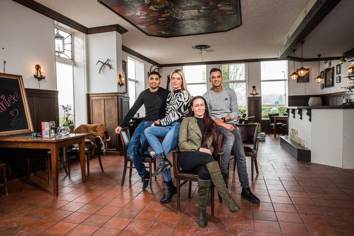 De nieuwe ploeg van herberg De Luchte in Spankeren. Van links naar rechts: Mauricio Costa Cardoso, Paulien Geurkink, Samantha van de Weijer en Dominique Corijn.