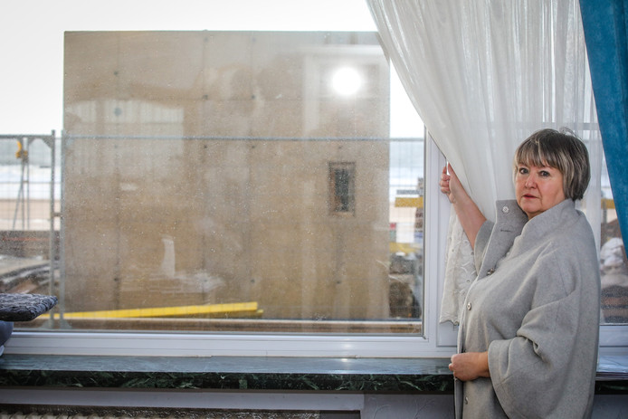 De liftuitgang staat pal voor het raam van Elsie Achtergaele.