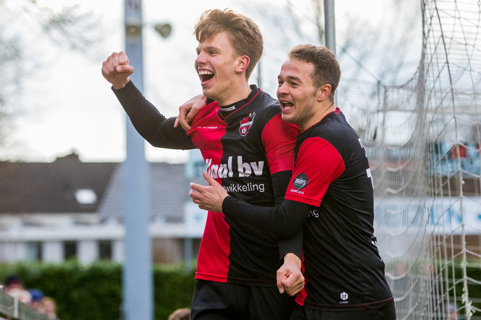 Lowie van Zundert (links) viert een doelpunt voor De Treffers met Boy van de Beek. De spits komt definitief over van NEC.