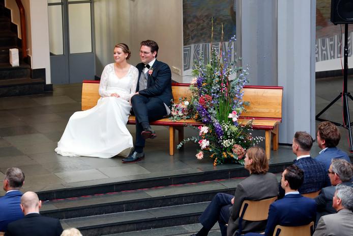Twee oud-scholieren van het Maerlant Lyceum trouwen op hun oude school.