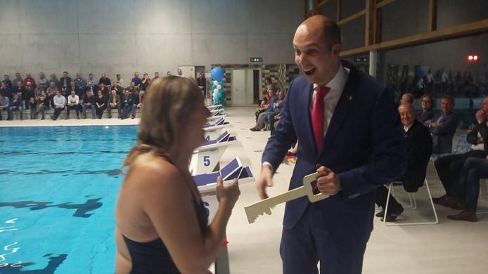 Olympisch zwemkampioene Petra van Staveren overhandigt de sleutel van het nieuwe zwembad De Steur in Kampen aan wethouder Geert Meijering. Foto: JaapSelles