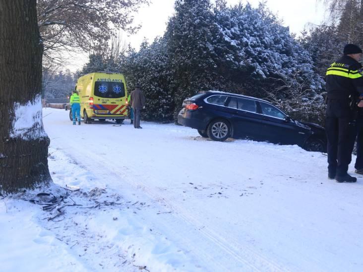 Auto slipt en komt in sloot terecht in Deurne