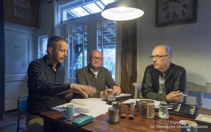 Wethouder Tom Vleerbos (links) toont een kostenberekening aan Wim Beute (midden) en Zwerius Kriegsman.